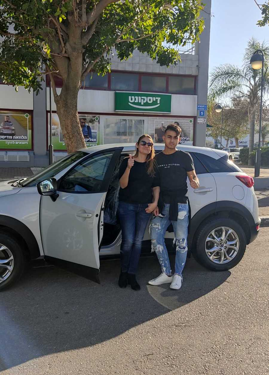 אם ובנה מצולמים ליד רכבם החדש