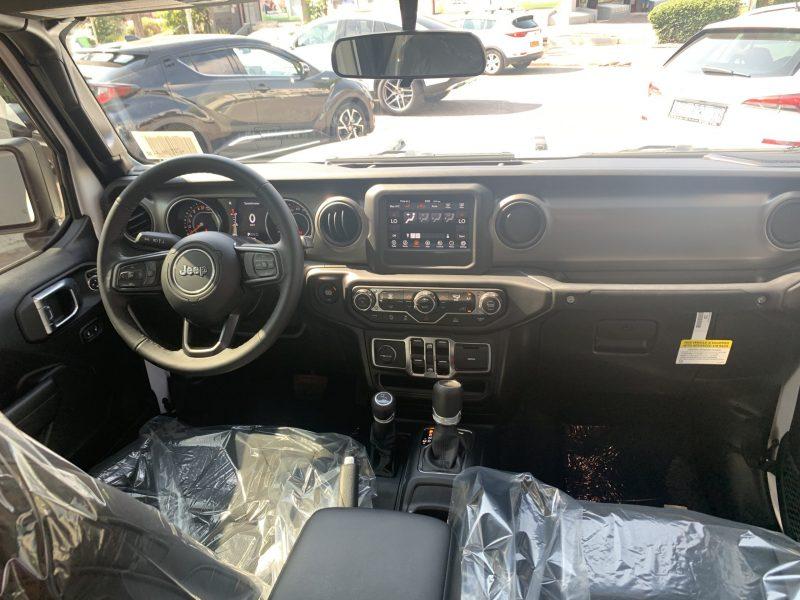 פנים הרכב גיפ גלדיאטור ספורט לבן 2021 קניית רכב 0 קמ