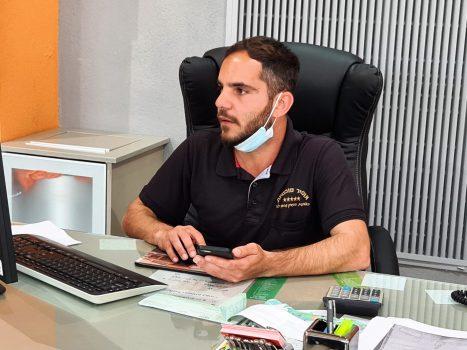 סוכן המכירות חביב בוזגלו מול מחשב