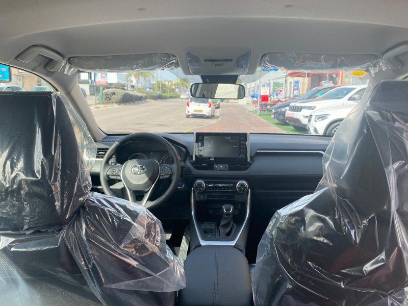 צילום פנים הרכב טויוטה ראב 4 E-VOLVE היברידי לבן שנהב 2021 קניית רכב חדש