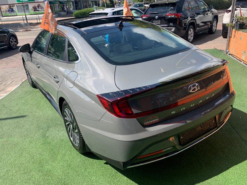 צילום אחורי של הרכב יונדאי סונטה היברידי LIMITED אפור בטון 2021 קניית רכב חדש