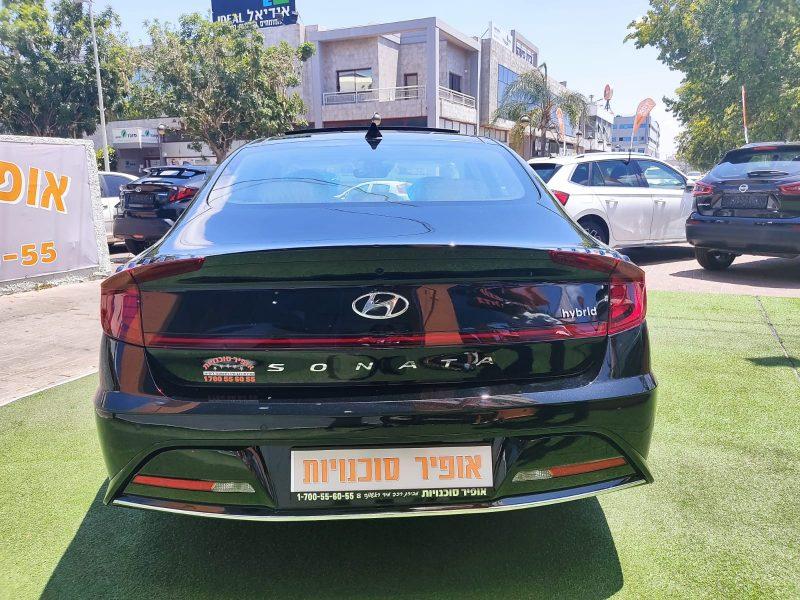 צילום אחורי של הרכב יונדאי סונטה היברידי PRESTIGE שחור מטאלי 2021 קניית רכב חדש