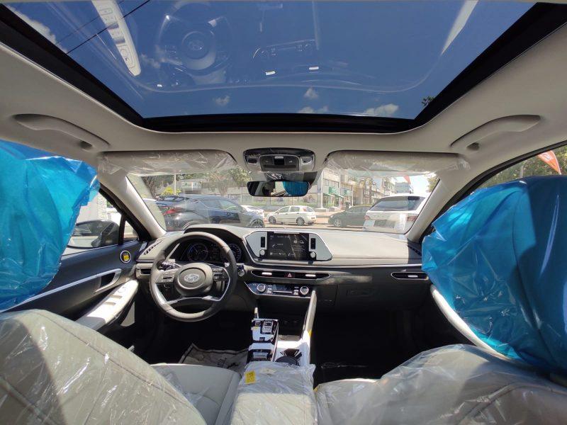 צילום פנימי של הרכב יונדאי סונטה היברידי PRESTIGE שחור מטאלי 2021 קניית רכב חדש