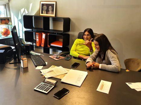 """ירדן ואלזה יושבות על שולחן מנכ""""ל הסוכנות"""