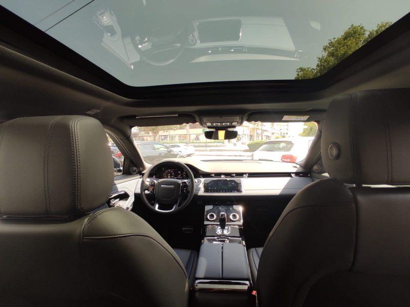 צילום פנים הרכב לנד רובר איווק R-DYNAMIC 2021 לבן גג שחור רכבי יוקרה