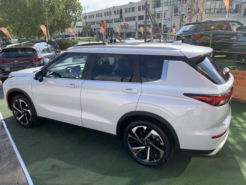צילום צדדי מיצובישי אאוטלנדר INSTYLE לבן פנינה 2021 קניית רכב 0 קמ 7 מושבים