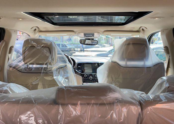 פנים הרכב קרייזלר גראנד שירוקי אוברלנד לבן 2021קניית רכב 0 קמ