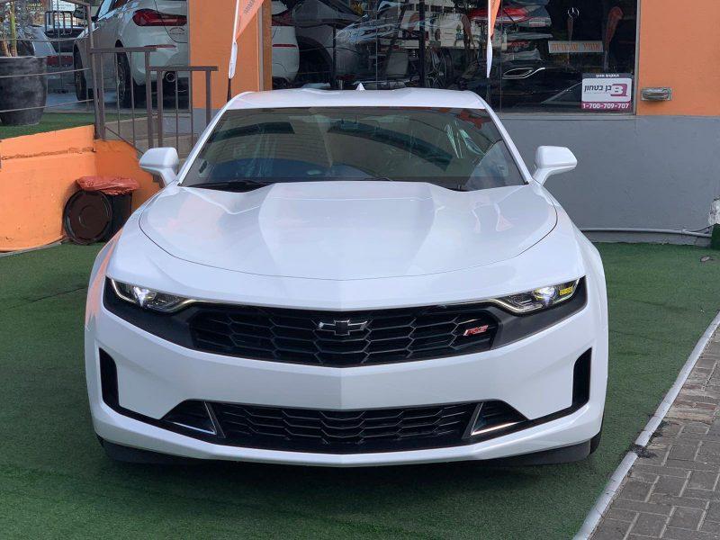 חזית הרכב שברולט קאמרו RS לבן 2021 קניית רכבי יוקרה 0 קמ